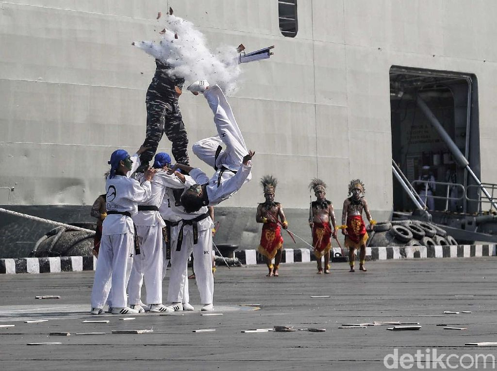 Defile Pasukan dan Aksi Taekwondo Meriahkan HUT Kolinlamil