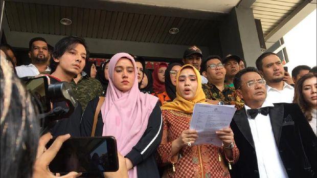 Fairuz A Rafiq (kedua kiri depan) usai melaporkan Galih, Pablo, dan Rey ke Polda Metro Jaya, beberapa waktu lalu.