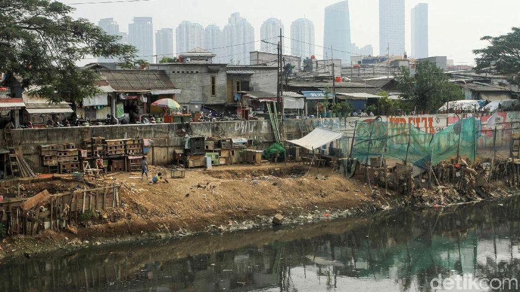 Melihat Aktivitas Warga di Sungai Ciliwung yang Mulai Surut