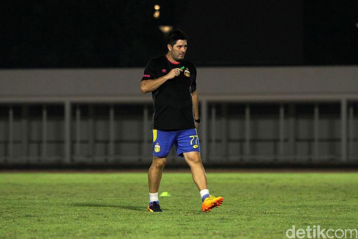 Latihah dipimpin langsung oleh pelatih Angel Alfredo Vera.