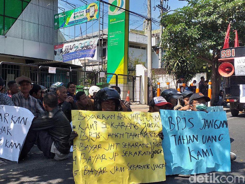 Buruh di Surabaya Ngluruk Kantor BPJS, Tuntut Jaminan Hari Tua Dicairkan