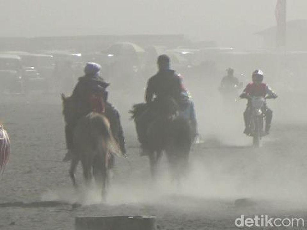 Badai Pasir Kerap Terjadi di Bromo, Wisatawan Diimbau Pakai Masker