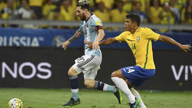 Thiago Silva (kanan) saat membela timnas Brasil. (