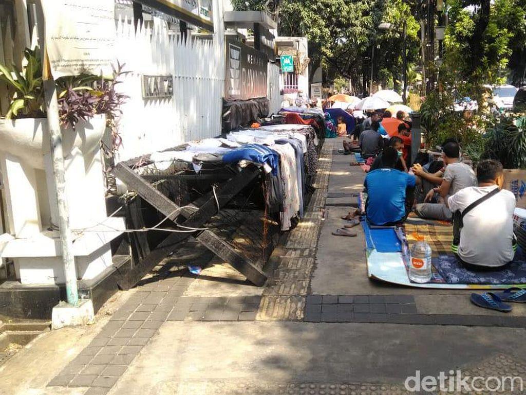 Pencari Suaka di Kalideres Pindah ke Trotoar Kebon Sirih Jakpus