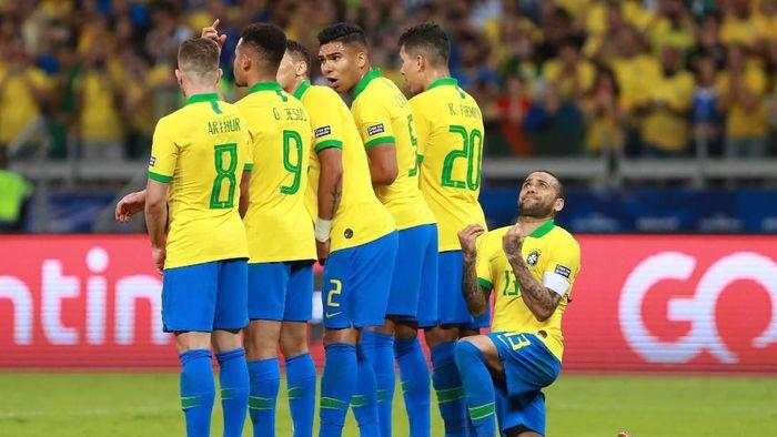 Dani Alves menilai bahwa Brasil main efektif. (Foto: Bruna Prado/Getty Images)