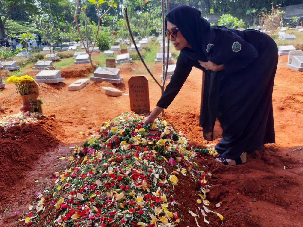Rita Sugiarto Tiba Sebelum Jenazah Jacky Zimah Dimakamkan