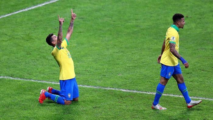 Roberto Firmino dan Gabriel Jesus merayakan gol kedua Brasil ke gawang Argentina. Selecao menang 2-0 atas La Albiceleste di semifinal Copa America 2019. (Foto: Pilar Olivares/Reuters)