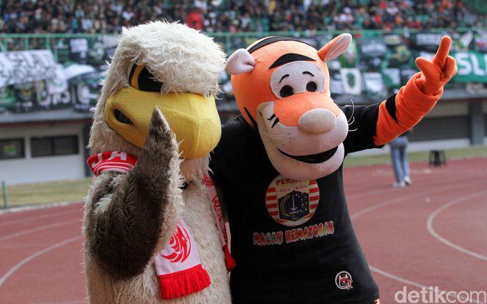 Pemandangan unik terlihat saat jeda pertandingan antara Persija versus PSS Sleman di Stadion Patriot, Bekasi, Rabu (4/7/2019).