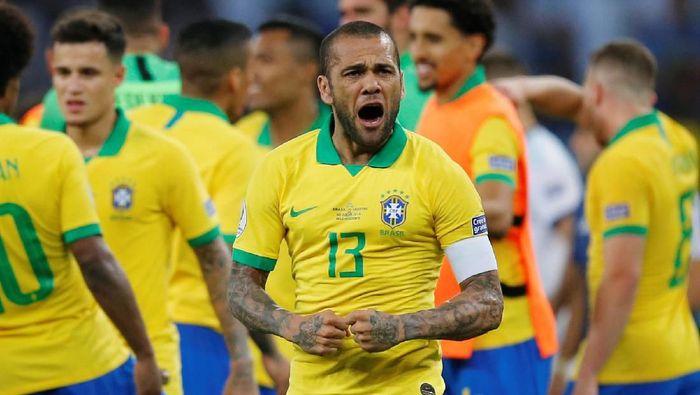 Dani Alves tampil impresif dalam kemenangan Brasil atas Argentina 2-0 di semifinal Copa America 2019. (Foto: Luisa Gonzalez / Reuters)