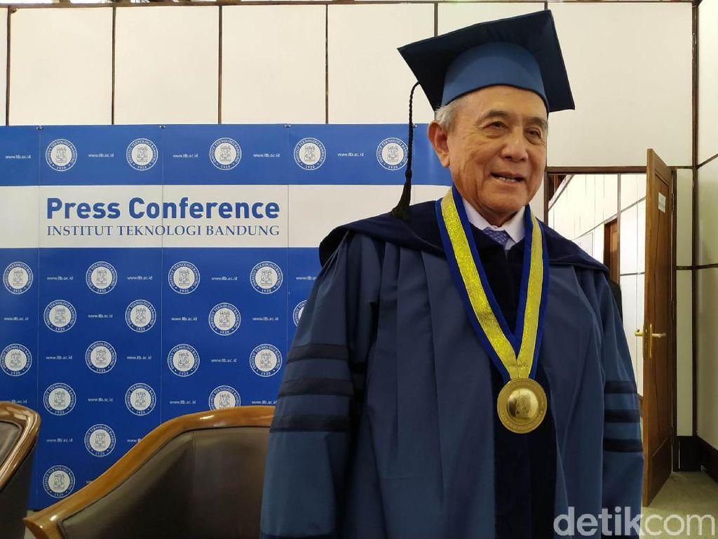 Mantan Bos Astra TP Rachmat Dianugerahi Gelar Doktor Kehormatan dari ITB
