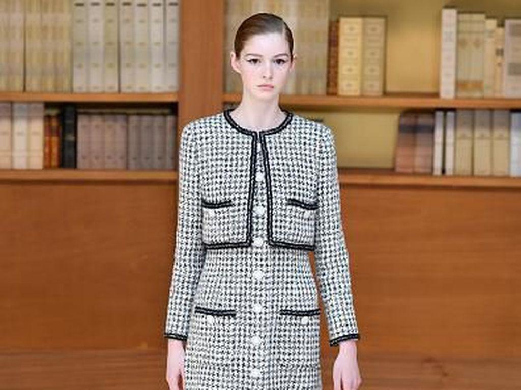15 Koleksi Terbaru Chanel Couture dalam Fashion Show Berlatar Perpustakaan