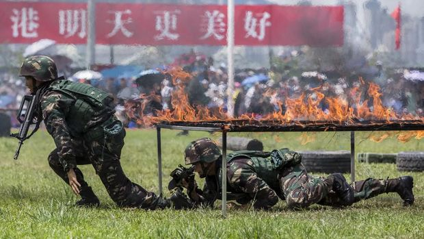 Soldiers of the Peoples' Liberation Army (PLA) perform drills during a demonstration at an open day at the Ngong Shuen Chau Barracks in Hong Kong on June 30, 2019, to mark the 22nd anniversary of Hong Kong's handover from Britain to China on July 1. (Photo by ISAAC LAWRENCE / AFP)