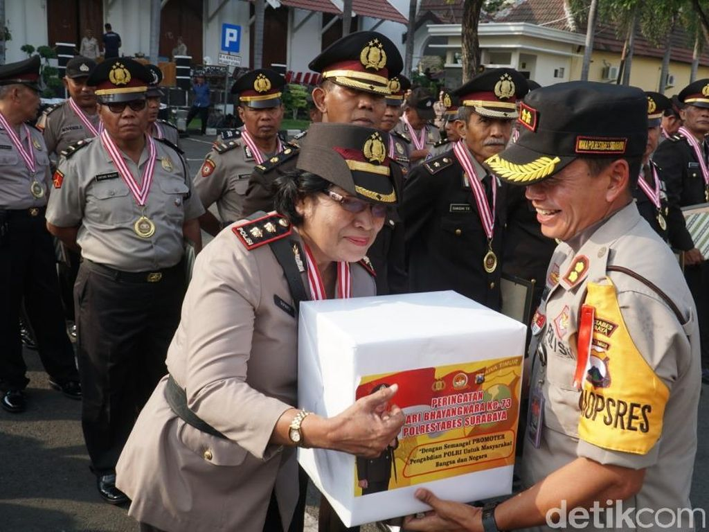 Saat 40 Anggota Purnabakti Polrestabes Surabaya Dilepas dengan Hormat