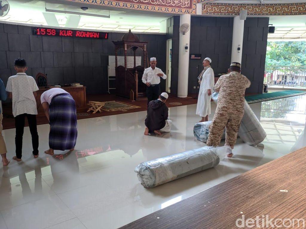 Masjid Al Munawaroh Dipasang Karpet Baru