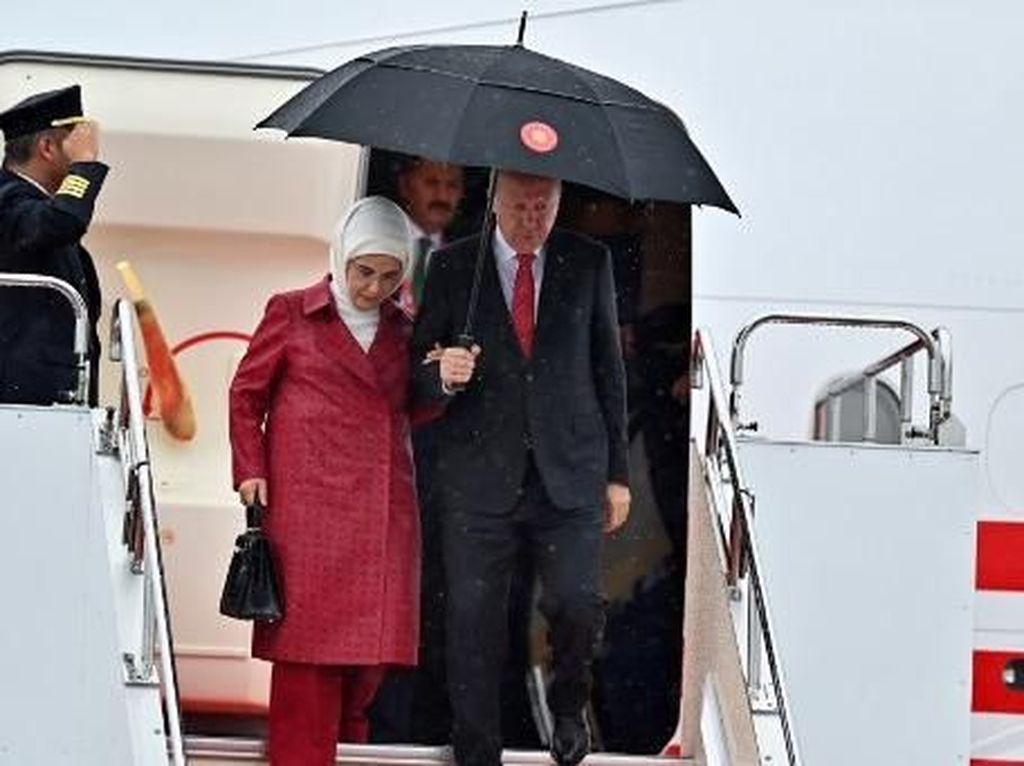 Gaya Istri Presiden Erdogan Pakai Tas Mewah Prancis yang Diboikot Suami