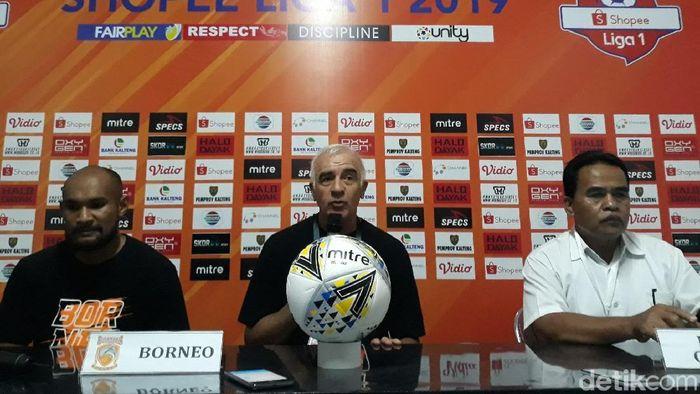 Pelatih Borneo FC Roberto Mario Carlos Gomez lega timnya akhirnya menang. (Foto: Pradito Rida Pertana/detikSport)