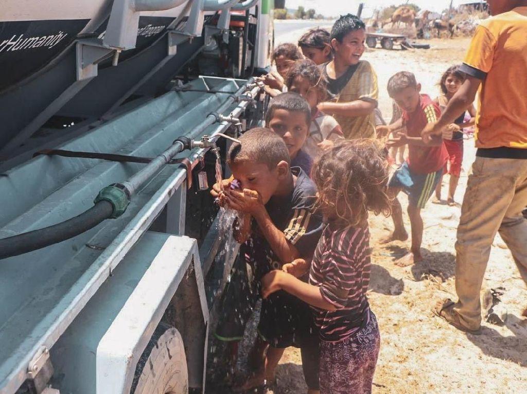 Saat Anak-anak Gaza Hilangkan Dahaga dengan Minum Air dari Indonesia