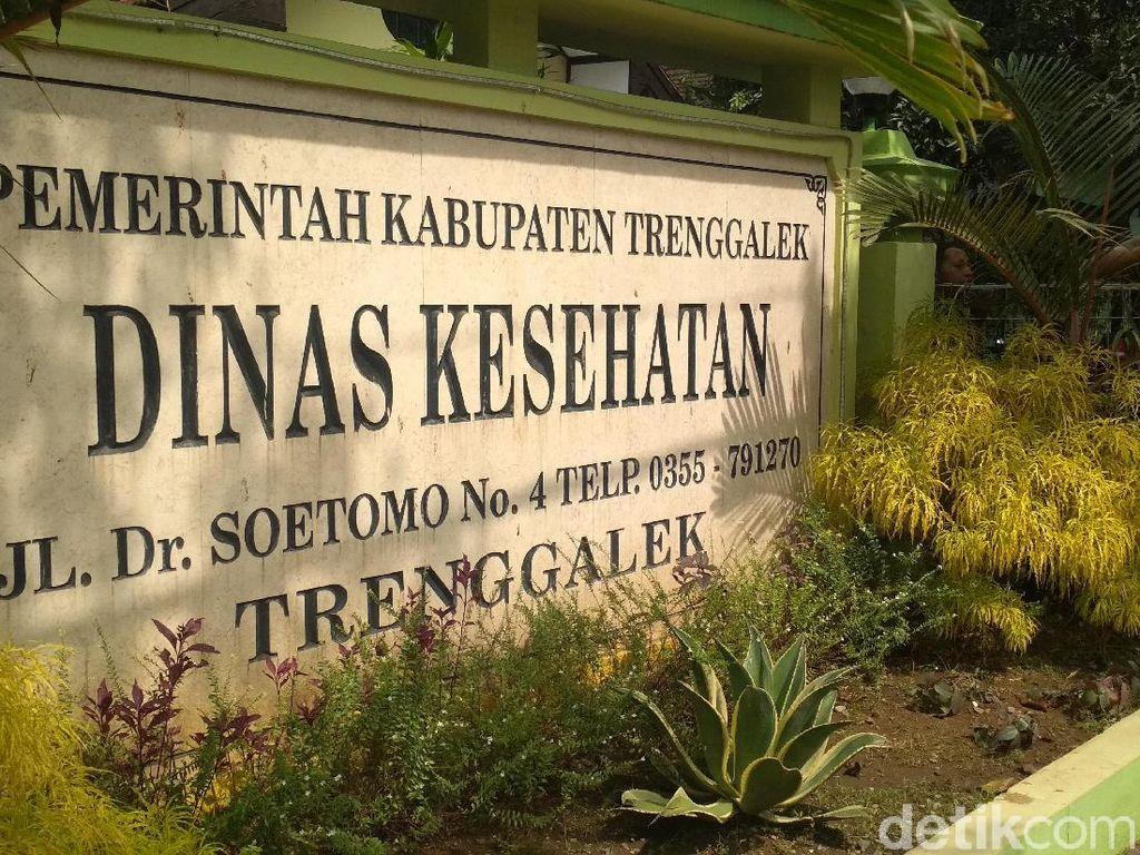 Dinkes Trenggalek Taburkan Kaporit di Sumur Warga Penderita Hepatitis