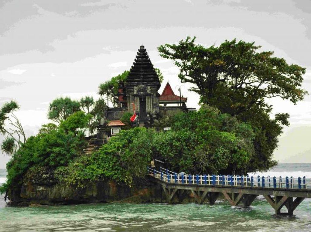 Bukan di Bali, Ini Tanah Lot di Jawa Timur