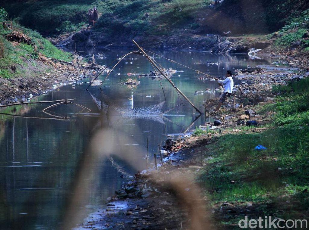 Musim Kemarau Anak Sungai Citarum Menyusut