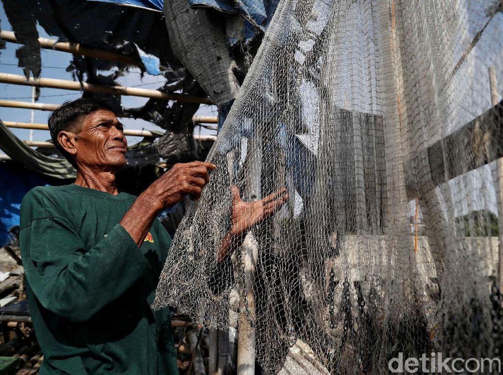 Begini Aktivitas Nelayan di Proyek Tanggul Laut Cilincing