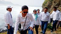 Menteri BUMN Rini Soemarno berkeliling pantai di Kebumen (Rinto Heksantoro/detikcom)