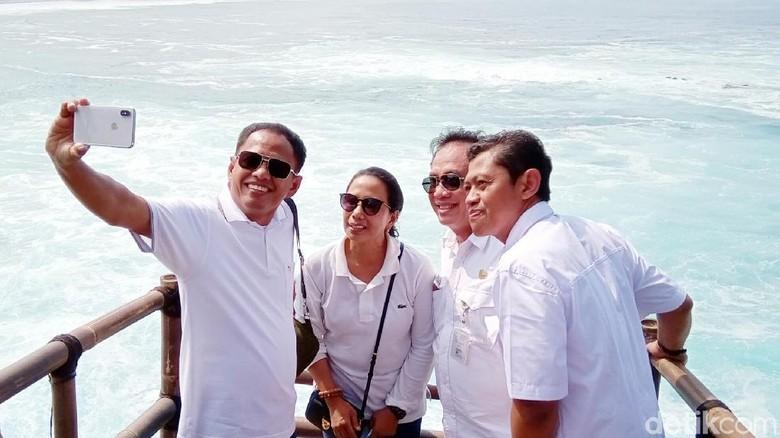 Menteri Rini Mariani Soemarno (kedua dari kiri) di Kebumen (Rinto Heksantoro/detikcom)