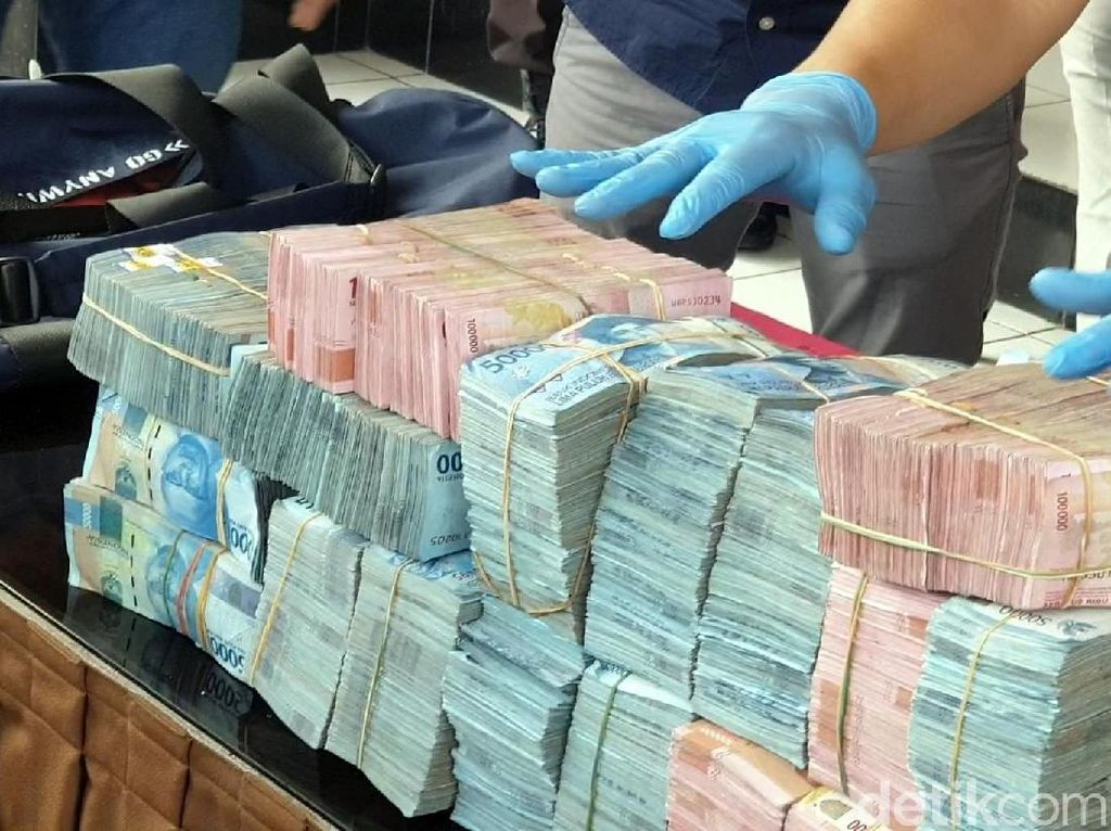 Polisi Pamerkan Duit Rp 1,2 M Milik Bos Ikan yang Digondol Pencuri