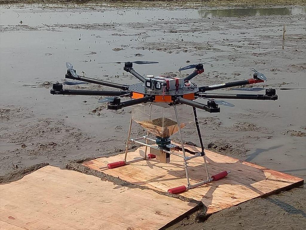 Ada Drone hingga Traktor Hantu di Sawah RI