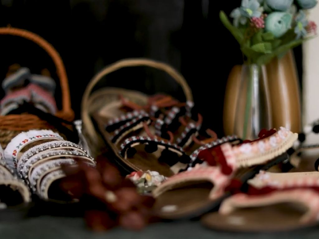 Bisnis Cewek 22 tahun, Bikin Sandal Beromzet Rp 50 Juta/ bulan