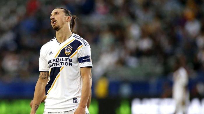 Ada kesalahan penulisan nama di jersey Zlatan Ibrahimovic. (Foto: Katharine Lotze/Getty Images)