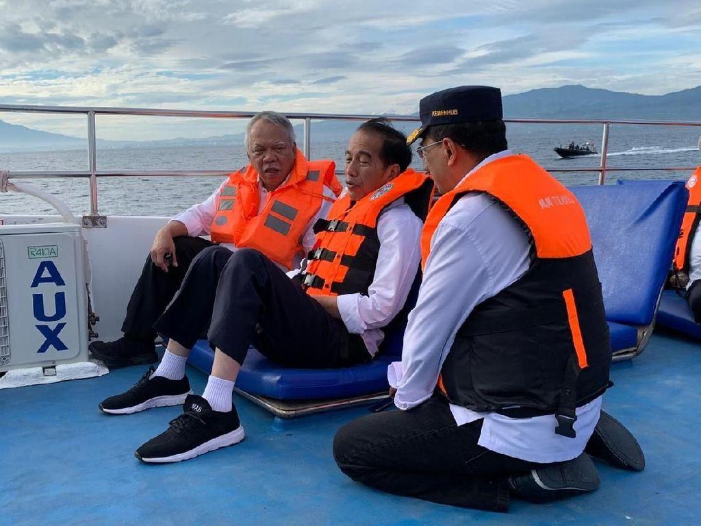 Ngobrol Lesehan di Atas Kapal, Jokowi dan Menteri Bahas Apa?