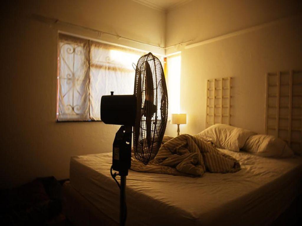 Tidur dengan Kipas Angin Bikin Paru-paru Basah? Dokter: Salah Kaprah