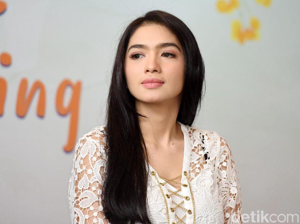Angel Karamoy kok Bengong, Mikir Apa Ya?