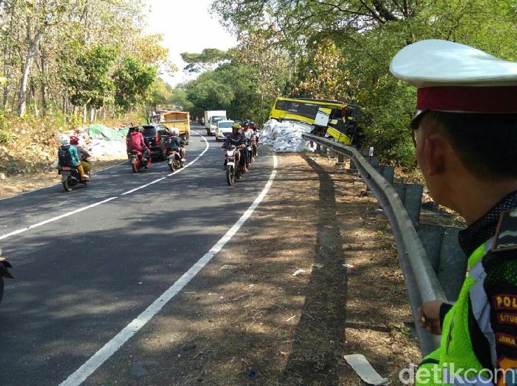 Olah TKP Lokasi Kecelakaan di Baluran Situbondo, Lalin Dibuka Tutup