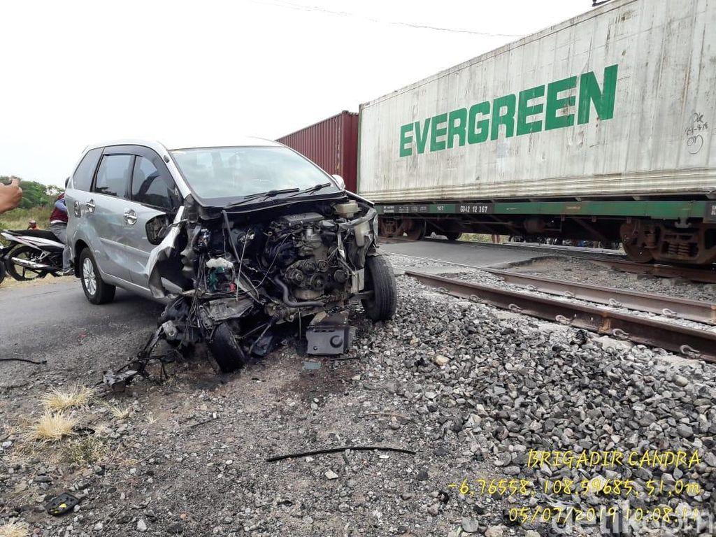 Kereta Api Tabrak Minibus di Cirebon, Enam Penumpang Selamat