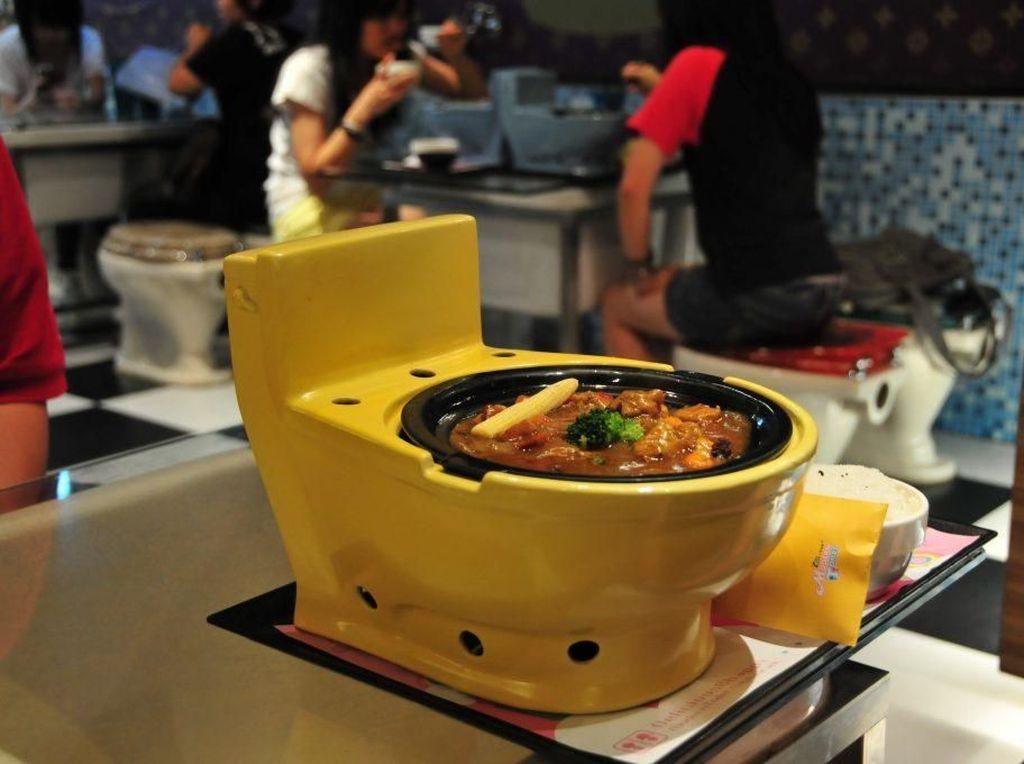 Super Kreatif! Ada Kafe di Dalam Mobil hingga Makan di Lubang WC