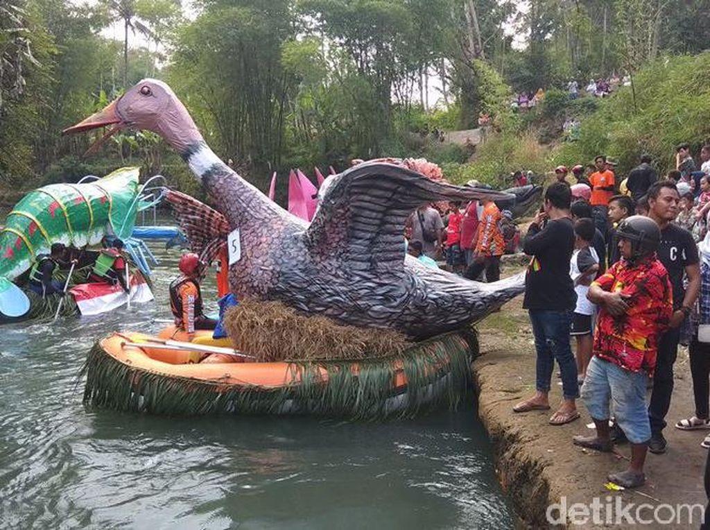 Meriahnya Lomba Perahu Hias di Sungai Elo Magelang