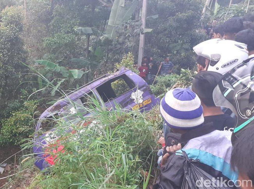 Angkot Berisi 11 Penumpang Timpa Rumah di Bandung Barat