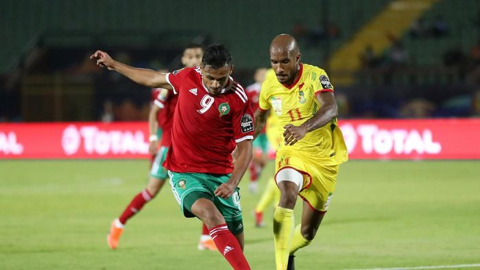 Maroko (merah) disingkirkan Benin (kuning) di babak 16 besar Piala Afrika 2019. (Foto: Suhaib Salem/REUTERS)