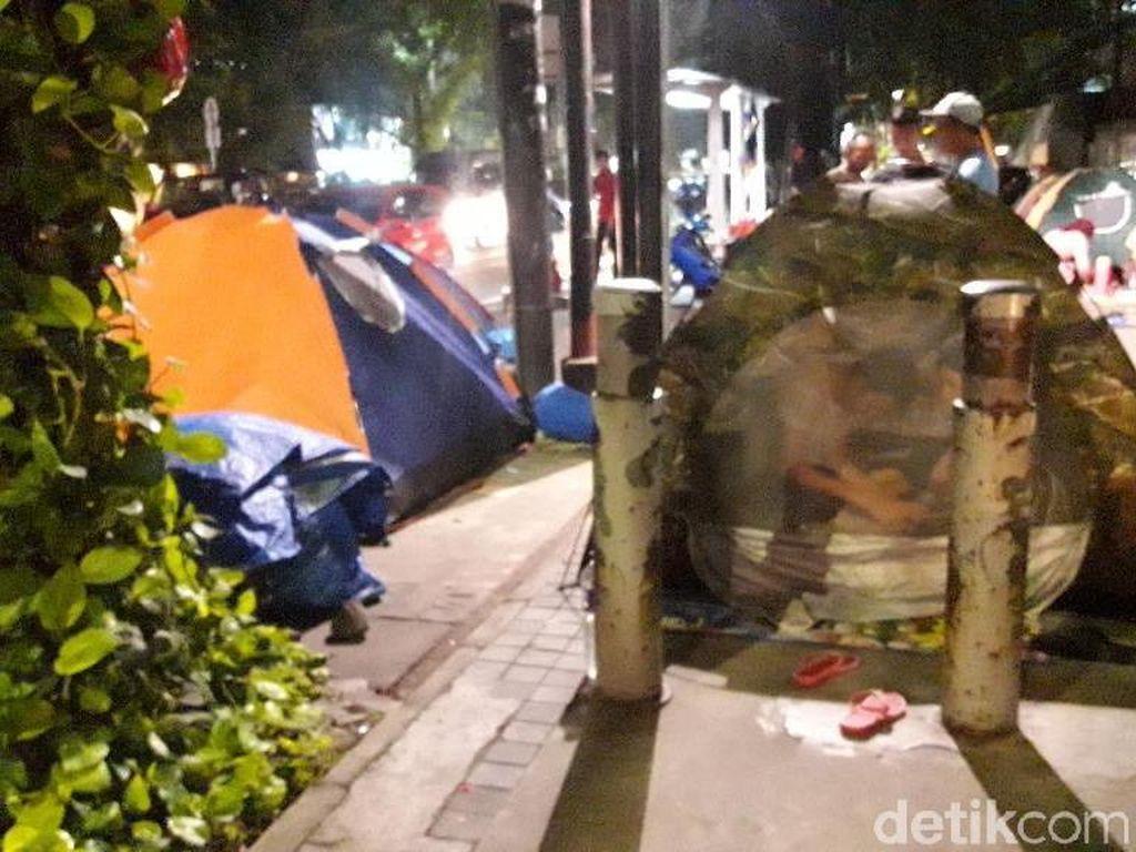 Malam Tiba, Pencari Suaka Pasang Tenda di Trotoar Jl Kebon Sirih