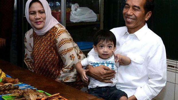 Jan Ethes bersama Jokowi dan Iriana