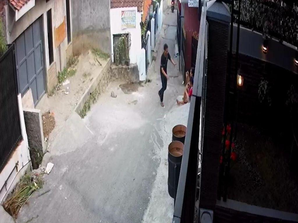 Rekaman CCTV Penjambret Sambar Ponsel Milik Bocah di Bandung
