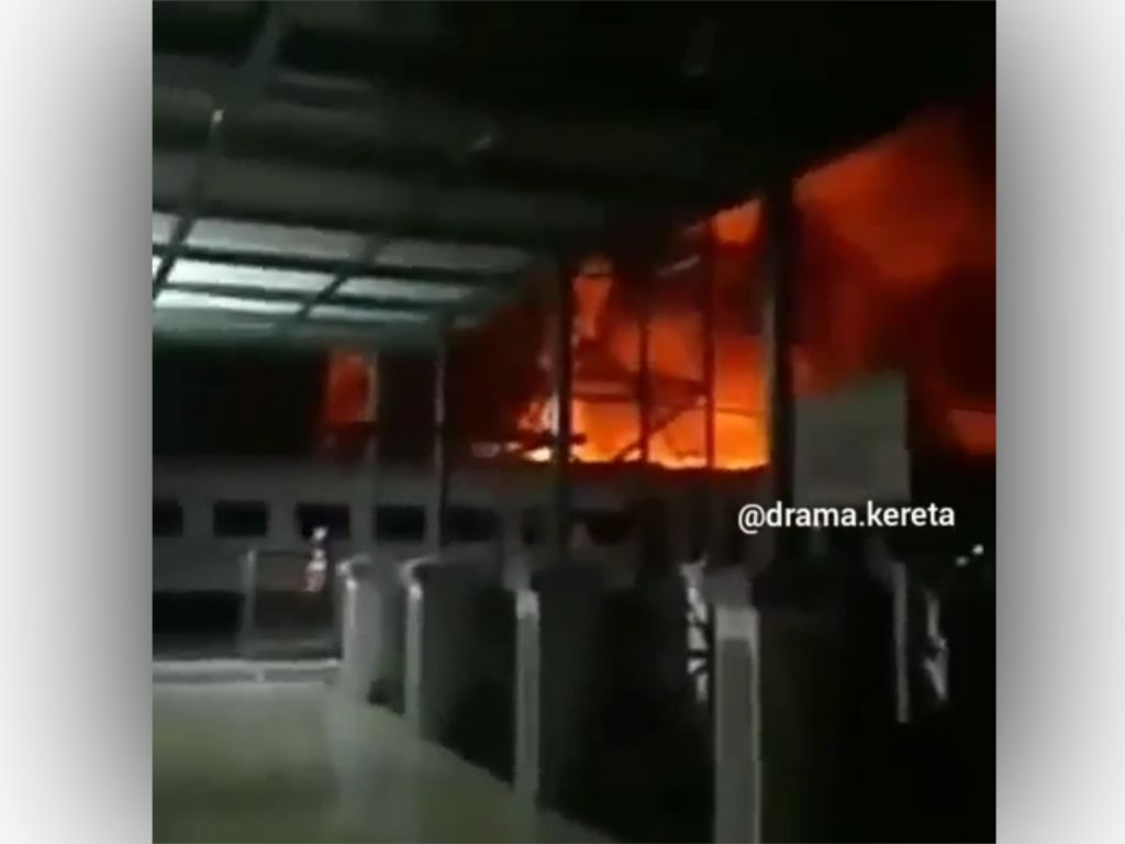 Video Kuburan Gerbong Kereta Api di Purwakarta Terbakar