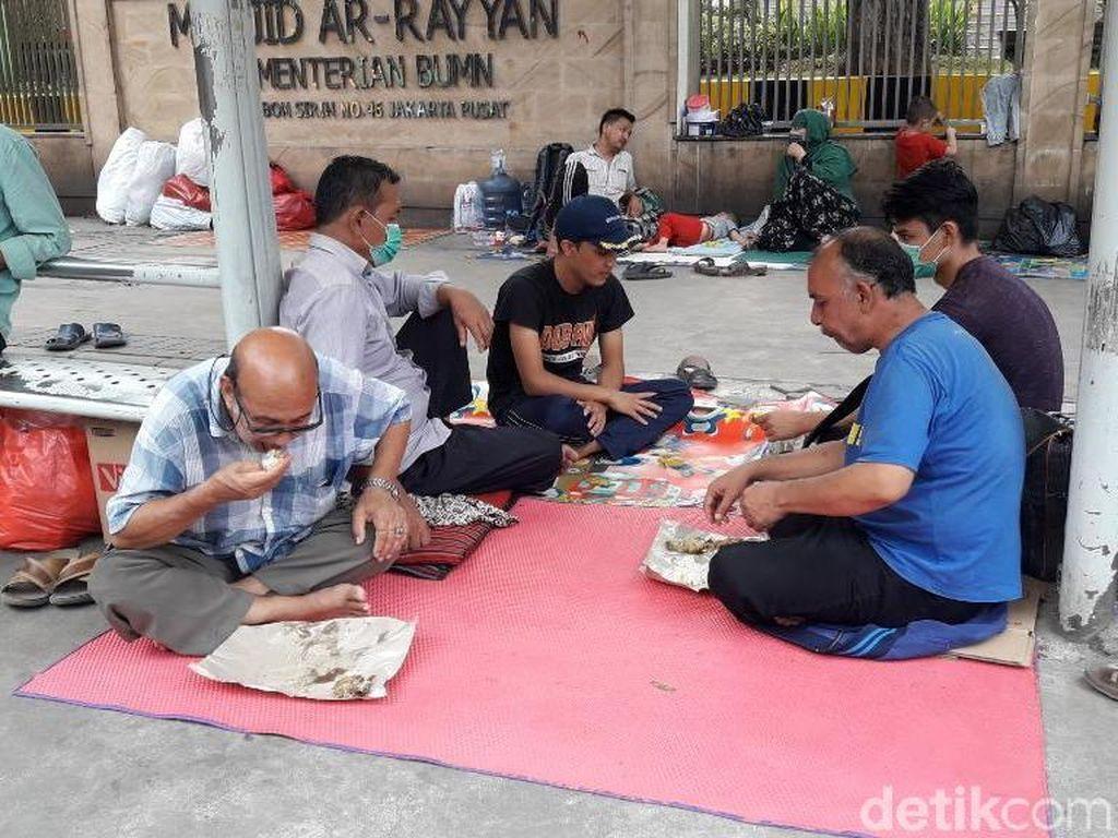 Nasib Pencari Suaka di Kebon Sirih, Makan Siang dari Belas Kasih Warga