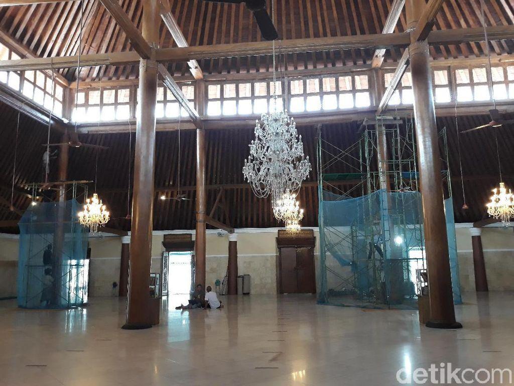 Duh! Tiang Masjid Agung Surakarta Retak dan Diserbu Rayap
