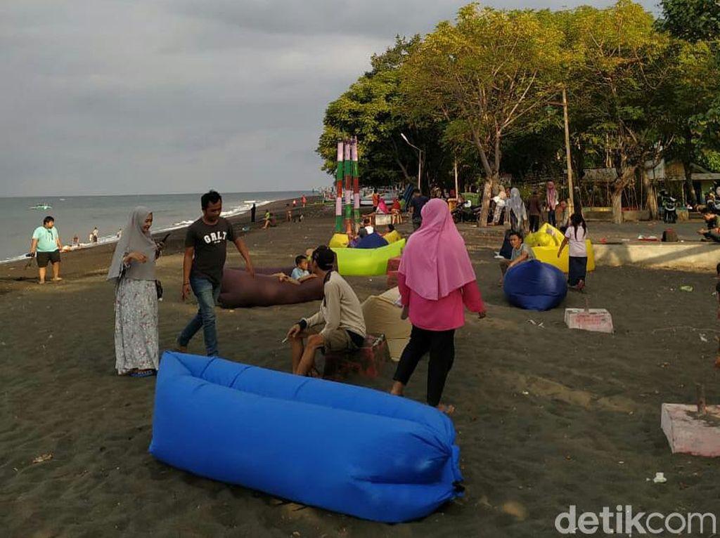 Foto Pria Wanita Membaur di Pantai Pulau Santen Banyuwangi