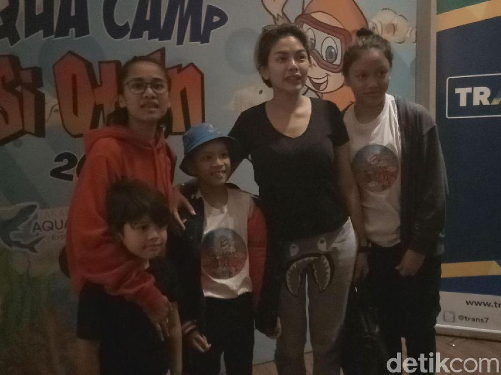 Keseruan Nikita Mirzani Antar Anak Berkemah di Akuarium