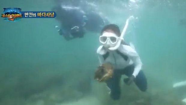 Aktris Korea, Lee Yeol-eum, saat menangkap kerang raksasa di Thailand