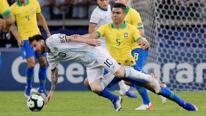Pemain Timnas Brasil, Casemiro, di laga dengan Argentina di babak semifinal Copa America 2019. (Foto: Washington Alves/Reuters)